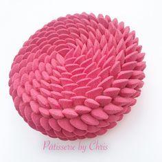 Hello!Après la fraise, voici la version framboise des entremets façon Cédric Grolet.Le chef a, à mon sens,totalement redéfini l'entremet classique que l'