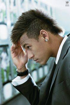 Neymar is both a soccer superstar and a hair inspiration. Check out the latest Newmar hair ideas and hairstyles from blonde mullets to mohawks, undercuts. Neymar Jr, Neymar Football, Clairol Natural Instincts, Classy Hairstyles, Hairstyles Haircuts, Cristiano Ronaldo, Hair Styles 2014, Short Hair Styles, Football Hairstyles