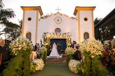 Casamento clássico na fazenda - cerimônia no lado de fora da capela ( Decoração: Renato Aguiar | Foto: Debora Pitanguy )