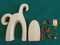 Fairy Door Kit Kit includes, door and frame, 1 hinge and screws, door handle, and a choice of 6 decorations. You can choose between 6 different decorations : dragon, cat, thistle, shamrock, treble clef or dragonfly. It was created by scroll saw artist Joanne MacKenzie