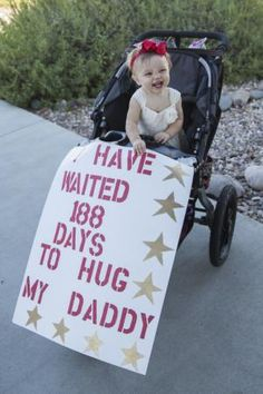 Marines return from deployment Homecoming Poster Ideas, Military Homecoming Signs, Military Signs, Airport Welcome Signs, Welcome Home Signs For Military, Military Deployment, Military Wife, Deployment Gifts, Military Families