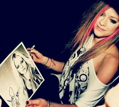 Avril Lavigne signing autographs from inside her limo lol