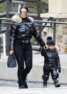 Kim Kardashian West and North West are matching in these ski suit ensembles. Kim Kardashian And North, Kardashian Family, Kardashian Style, Kardashian Jenner, Kardashian Fashion, Jenner Kids, Jenner Family, Kim And North, Snow Outfit