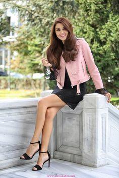 Hande Erçel Dizi Kombinleri 8 / saved to Wow! Turkish Fashion, Turkish Beauty, Beautiful Legs, Most Beautiful Women, Hande Ercel, Women Legs, Beautiful Celebrities, Sexy Legs, Beauty Women