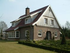 Architecten Plus Bouwbedrijf Van der Aa. De lutte: ontwerp voor een boerderij in de Saksische stijl. Grote eiken planken in de topgevel en een zandstenen plint onderaan. De kap wordt aan de zijgevels verlengd waardoor er bij de woonkamer een erker gedeelte ontstaat. Aan de achterkant is een overdekt, inpandig terras gesitueerd met uitzicht op het prachtige buitengebied, het landschap van Twente. Op de dakvlakken grote dakkapellen, met de zijkanten van eikenhout.
