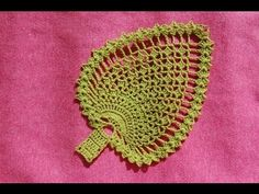 Pretty crochet pineapple (abacaxi) motif: I like the way the center part of this motif is made. It has a variation from the usual chain loops and sc stitches Listek na szydełku - serwetka