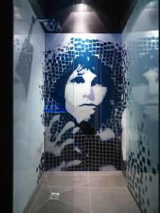 interesting idea to have ceramic mural at shower ( but... Jim... I don't think so. )