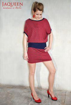 Süsses, verspieltes Jaqueen Kleid in dunkelgrau und rot aus zwei verschieden gestreiften Jerseystoffen.    Ein Stoff hat schmale, der andere breite...