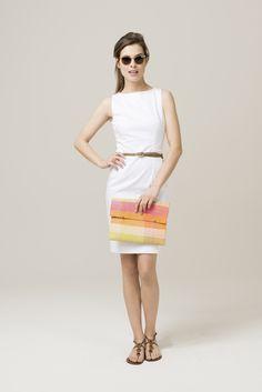 Das wichtigste Basic dieser Saison – ein weißes Sommerkleid! Das klassisch geschnittene Etuikleid ohne Ärmel entpuppt sich dabei als ein echter Verwandlungskünstler. Kombinieren Sie es beispielsweise für einen sommerlichen Freizeitlook mit flachen Sandalen, einem kleinen Gürtel, Sonnenbrille und einer fröhlichen Tasche. Wollen Sie das Kleid im Büro tragen, passen Sie die Accessoires entsprechend an und wählen zusätzlich einen kleinen Blazer, um den Look zu vervollständigen.