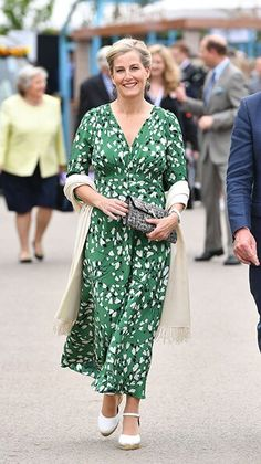 Kate Middleton supported by Sophie Wessex, Princess Beatrice and the Queen at Chelsea Flower Show - live updates - Photo 4 Princess Alexandra, Princess Beatrice, Countess Wessex, Prince William And Kate, Prince Edward, Lady Louise Windsor, Estilo Real, Elisabeth Ii, Green Floral Dress