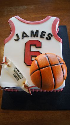 http://www.idecz.com/category/Jersey-Sheets/ Basketball jersey sheet cake with basketball tier                                                                                                                                                      More