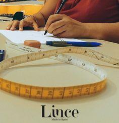Diseñando uno de los modelos más especiales de la temporada… si quieres saber más no te pierdas las novedades en nuestras redes sociales. Lince Shoes