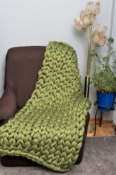Super chunky vegan yarn throw, Olive