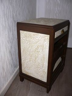 Pour réaliser une peinture craquelée sur un meuble appliquer une première couche de peinture glycéro puis recouvrir avec une peinture acrylique Decoration, Nightstand, Entryway Tables, Cool Stuff, Storage, Furniture, Home Decor, Genre, Styles