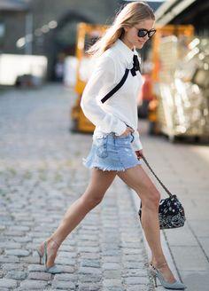 Look da blogueira Pernille Teisbaek com saia jeans e camisa branca.