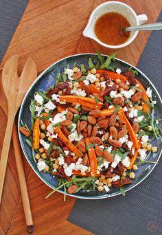 Kolorowa, pożywna sałatka z cieciorką, pieczoną marchewką i serem feta. Z migdałami, morelami i miętą.