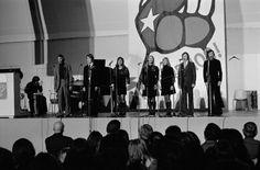 KOM-teatterin kuoro esiintyy solidaarisuuskonsertissa Messuhallissa 1974. Kuva: Helsingin kaupunginmuseo/Eeva ja Simo Rista