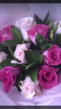 What a beautiful center piece. Beautiful Flowers Wallpapers, Beautiful Rose Flowers, Beautiful Flower Arrangements, Exotic Flowers, Amazing Flowers, Pretty Flowers, Rose Flower Wallpaper, Rose Pictures, Good Morning Flowers
