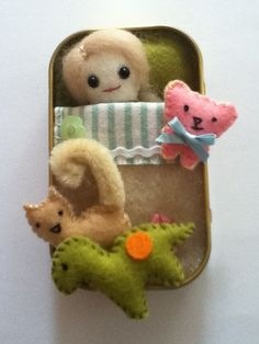 Items op Etsy die op SUPER CUTE doll in a tin with kitten dinosaur and teddy bear comes with bedding too lijken Cute Crafts, Crafts To Do, Felt Crafts, Crafts For Kids, Tiny Dolls, Cute Dolls, Felt Dolls, Doll Toys, Matchbox Crafts