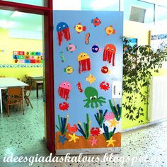 Under the sea door decoration Classroom Door Displays, Classroom Themes, Preschool Door, Preschool Crafts, Summer Bulletin Boards, Underwater Theme, Art N Craft, School Decorations, Ocean Themes