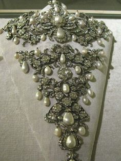 El collar de la Condesa :v Bavarian Royal Jewels - Diamond and Pearl Stomacher 18th Century Dress, 18th Century Costume, 18th Century Clothing, 18th Century Fashion, Historical Costume, Historical Clothing, Royal Jewelry, Fine Jewelry, Antique Jewelry