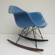 Vintage fibreglass schommelstoel van Charles Eames. Fabrikant: Herman Miller. In perfecte, onbeschadigde conditie. Onderstel zwart / walnoot.
