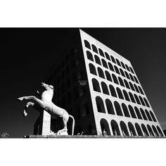 Progetto fotografico di Flavio Di Renzo. L'uomo e la città. Un gioco visionario in cui la realtà della città è sostituita dal pensiero da cui scaturisce una nuova poetica romantica. #fotografia #cavallo #architettura #bianconero #arte #stampa
