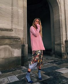 How to Get Noticed by Street Style Photographers During The Fashion Month pink oversized sweater and midi floral skirt Colorful Fashion, Love Fashion, Fashion News, Girl Fashion, Fashion Blogs, Fashion Trends, Long Sweater Outfits, Long Sweaters, Sweaters For Women