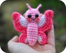 Grietjekarwietje: Amigurumi haakpatroon Flo het vlindertje Flo the Butterfly Crochet Baby Toys, Cute Crochet, Crochet Crafts, Crochet Dolls, Yarn Crafts, Crochet Animals, Crochet Butterfly, Crochet Flowers, Pink Butterfly