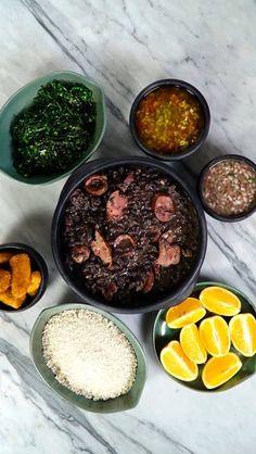 Domingo é dia da tradicional feijoada com todos acompanhamentos que você tem direito!