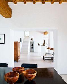 El diseñador Peter Schmidt ha concebido a su medida una casa que desprende paz y equilibrio por todos sus poros. Un refugio donde el color del paisaje ibicenco se funde con las sobrias líneas de unos...