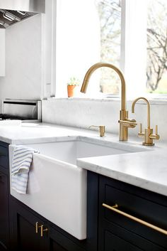 La mia nuova ossessione: ottone in cucina Gold Kitchen Faucet, Farmhouse Sink Kitchen, Kitchen Fixtures, New Kitchen, Brass Faucet, Kitchen Ideas, Kitchen Sinks, Plumbing Fixtures, Farm Sink