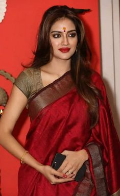 India is so special for the rich cultural variety and colourful dressing traditions. Saree (sari) is the best among Indian dresses. Beautiful Girl Indian, Most Beautiful Indian Actress, Beautiful Saree, Saris, Beauty Full Girl, Beauty Women, Saree Models, Stylish Sarees, Soft Silk Sarees