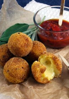 polenta dumplings filled with cheese Tapas, Finger Food Appetizers, Appetizer Recipes, Party Cooler, Fingers Food, Vegetarian Recipes, Cooking Recipes, Polenta Recipes, Good Food