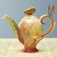 Alice in Wonderland teapot, isn't this cute.