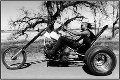 ETATS-UNIS - 1971 - Un motard dans le style de look populaire Mongol © Copyright Dennis STOCK / MAGNUM