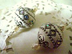 Bijoux ethniques : boucles d'oreille perle indonésienne blanche et argentée avec strass