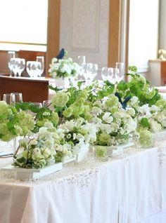 お持込アイテムの深い紺の蝶のペーパーモチーフ。それにあわせて、淡いグリーン、ビバーナムスノーボールも蝶みたいにメインテーブルの花を並べました。足元に白の小...