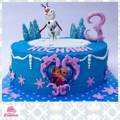 Frozen taart met Olaf die blij is met zijn bloemetje. Een eetbare print van Elsa & Anna op de voorkant.