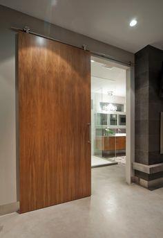 Межкомнатные двери: 65 идей для органичного завершения интерьера (фото) http://happymodern.ru/mezhkomnatnye-dveri-v-interere-65-foto/ Дверь на роликовых рельсах в классическом интерьере