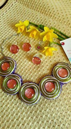 Conjunto unico hecho a mano, con cristal decorado y cordon de raso en base de fieltro.