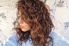 Cabelos cacheados com franja lateral são lindos e perfeitos pra quem quer tirar a quimica do cabelo e voltar aos cachos.
