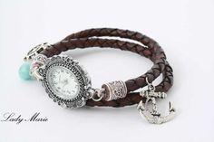 Gewickelte Armbanduhr im Bettelarmband-Stil. Die Armbanduhr wurde an einem Echtleder-Armband befestigt.    Dieses handgeflochtene Armband besteht aus