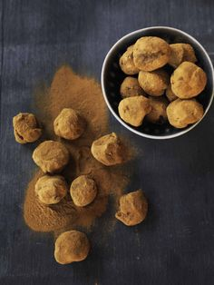 licorice truffles with chocolate Raw Food Recipes, Low Carb Recipes, Snack Recipes, Scandinavian Food, Low Carb Sweets, Diabetic Desserts, Homemade Candies, Paleo Treats, No Bake Cake
