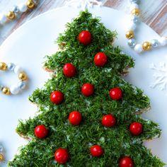 Pikkujoulupöydässä suolaiset tarjottavat maistuvat glögin rinnalla ja kalakakku on taattu suosikki. Joulun kunniaksi leipäpalat voi asetella joulukuuseksi. Finnish Recipes, A Food, Food And Drink, Sandwich Cake, Sandwiches, Party Platters, Christmas Is Coming, Holiday Recipes, Christmas Recipes