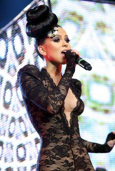 Από την γειτονική Ρουμανία κατέφθασε η Inna με ντεκολτέ περίπου όσο και η απόσταση των δύο χωρών. Wow Inna…ξέρεις πως να ανεβάζεις τη θερμοκρασία και μας το έδειξες. Black Hair, Diva, Photo Galleries, Bodycon Dress, Celebrities, Hair Styles, Instagram Posts, Music Awards, Kisses