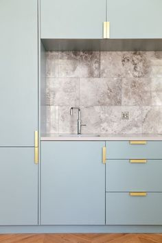 kitchen, marble, splashback, NAKED Kitchens, blue kitchen, bespoke brass handles Hardware placement