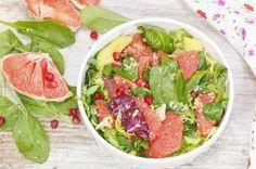 """D'estate, con l'aumento della temperatura si ha voglia, per fortuna, di mangiare più frutta e verdura. Manteniamo allora questa buona abitudine anche al rientro. Ecco le nostre insalate con un tocco in più, per fare il pieno di colore, vitamine e sali minerali e per ingolosire grandi e bambini<br /> <strong><a href=""""http://d.repubblica.it/cucina/2015/07/24/foto/ricette_insalate_estive_veloci-2694861/1/&quo..."""
