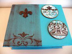 Lindíssima caixa de bijuterias, com quatro repartições interna e aneleira. <br>Tema: Flor de Lis
