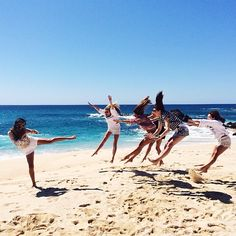 Pin for Later: The Ultimate Summer Photo Bucket List Friends at the Beach #myfriendsarebetterthanyours